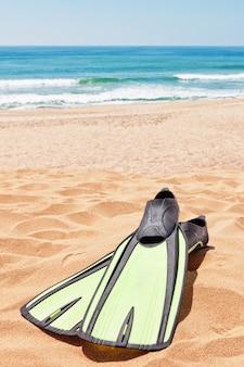 Gumowe płetwy na plaży w pobliżu morza. lato.