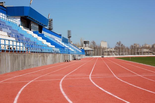 Gumowy tor wyścigowy na starym małym stadionie