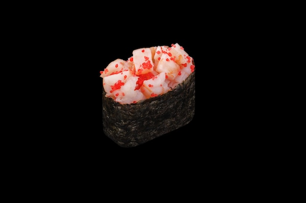 Gunkan maki sushi z pikantnym tygrysem krewetkowym, kawiorem tobiko, pikantnym sosem, ryżem pojedynczo na czarno