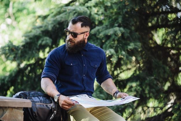 Guy trzyma otwartą mapę