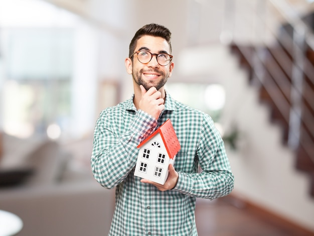 Guy z okulary wyobrażając sobie swoją przyszłą domu
