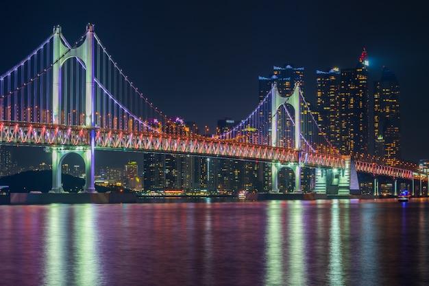 Gwangan bridge i haeundae w busan city, korea południowa.