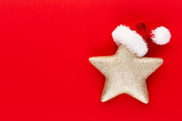 Gwiazda betlejemska, wystrój na pastelowym kolorowym tle. minimalna koncepcja bożego narodzenia lub nowego roku.
