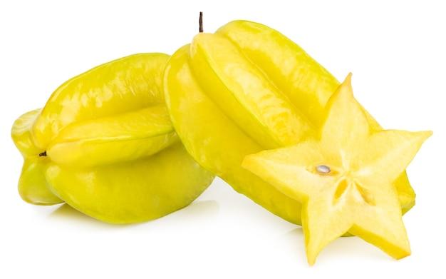 Gwiazda karambola owocowa lub gwiazda jabłko (starfruit) na białym tle