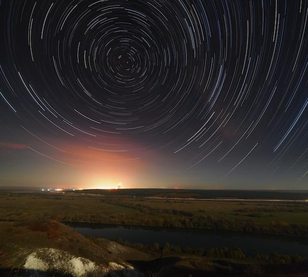 Gwiazda ślizga się po nocnym niebie