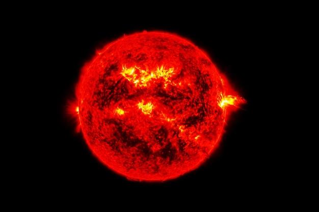 Gwiazda słońce na ciemnym tle. elementy tego obrazu dostarczyła nasa. zdjęcie wysokiej jakości