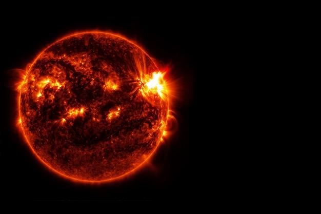 Gwiazda słońce, na czarnym tle. elementy tego obrazu dostarczyła nasa. zdjęcie wysokiej jakości