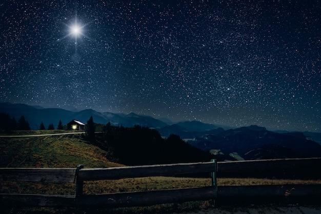 Gwiazda świeci nad ziemią z płotem