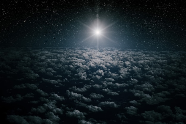 Gwiazda świeci nad żłóbkiem bożego narodzenia jezusa chrystusa.