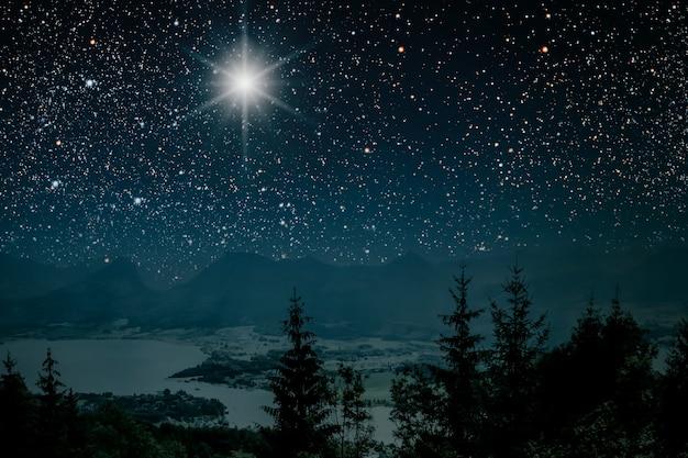 Gwiazda wskazuje na boże narodzenie jezusa chrystusa.
