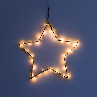 Gwiazda wykonana z girlandy na ścianie