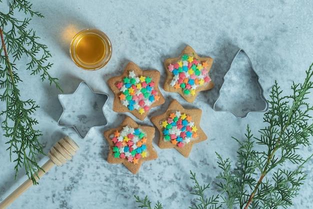 Gwiazda zorientowali świąteczne ciasteczka na białym tle.