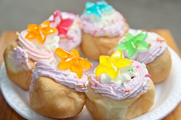 Gwiazdowy tort tajlandzki deser na naczyniu