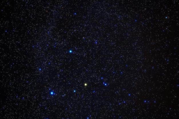 Gwiazdozbiór oriona na tle błękitnego nieba gwiaździstego. astrofotografia gwiazd, galaktyk i mgławic nocą