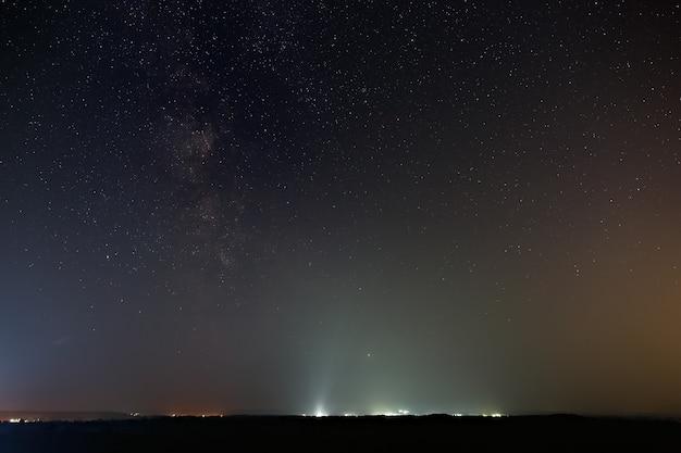 Gwiazdy galaktyki drogi mlecznej na nocnym niebie
