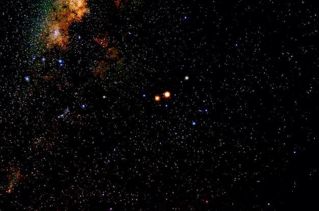 Gwiazdy i galaktyka przestrzeń kosmiczna niebo noc wszechświat czarna gwiaździsta błyszczącego pola gwiazd