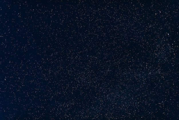 Gwiazdy na ciemnoniebieskim niebie w nocy