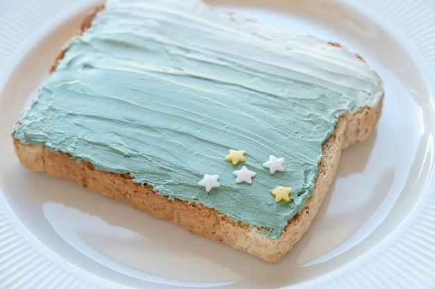 Gwiaździsta i syrenka spirulina blue creamcheese toast breakfast, zabawa zdrowa sztuka jedzenia dla dzieci