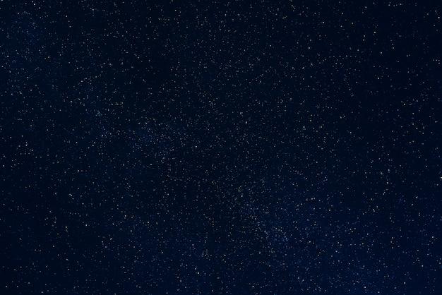 Gwiaździste ciemne nocne niebo z gwiazdami