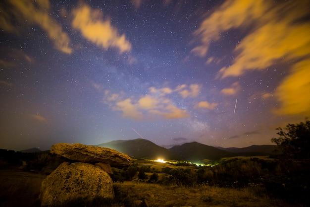 Gwiaździste niebo i dolmen w pirenejach