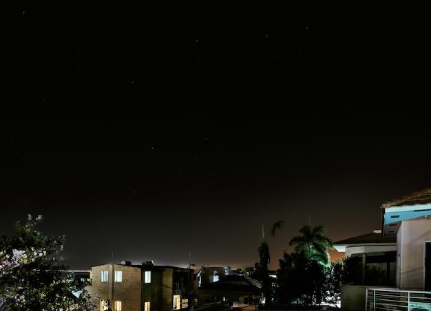 Gwiaździste niebo nad miastem w nocy. ejlat lato 2021.