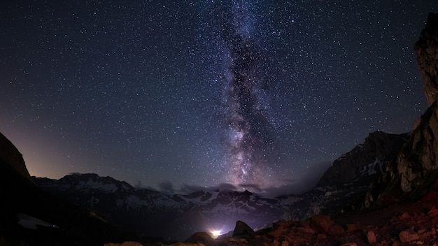 Gwiaździste niebo uchwycone latem na dużej wysokości