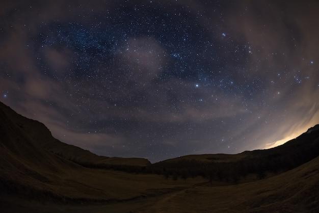 Gwiaździste niebo w alpach, widok ultra szerokiego rybiego oka