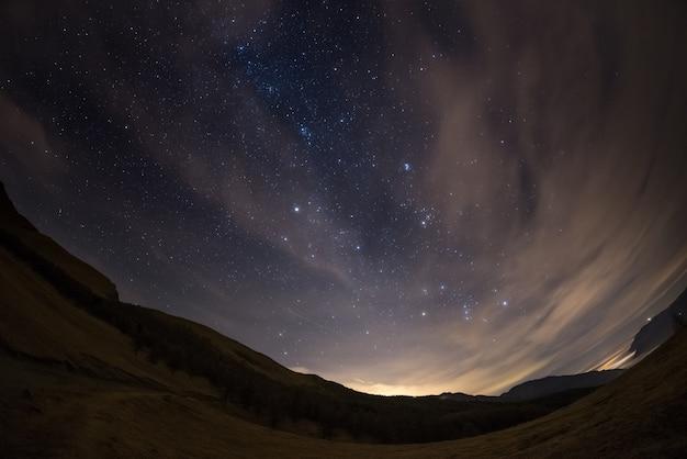 Gwiaździste niebo z alp oglądane przez obiektyw typu rybie oko