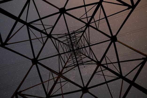 Gwiaździste niebo z wnętrza wieży wysokiego napięcia.
