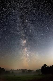 Gwiaździste nocne niebo na półkuli północnej
