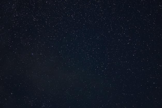 Gwiezdna galaktyka noc gwiazdy kosmiczny pył we wszechświecie, fotografia z długim czasem naświetlania, z ziarnem.