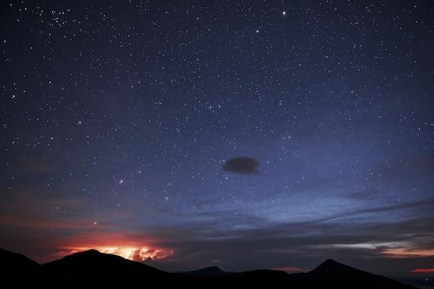 Gwieździsta noc. majestatyczne karpaty. piękny krajobraz. widok zapierający dech w piersiach.