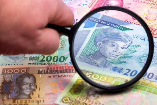 Gwinei pieniądze w lupie