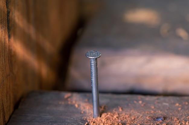 Gwoździe przybite do drewnianej podłogi
