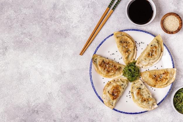 Gyoza czyli przekąska do pierogów z sosem sojowym