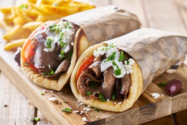 Gyros z greckiego mięsa jagnięcego z sosem tzatziki, serem feta i frytkami
