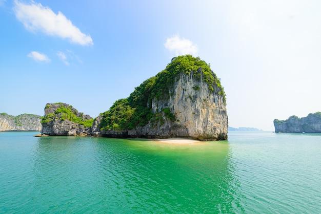 Ha long bay, unikalne wapienne wyspy skalne i szczyty krasowe w morzu
