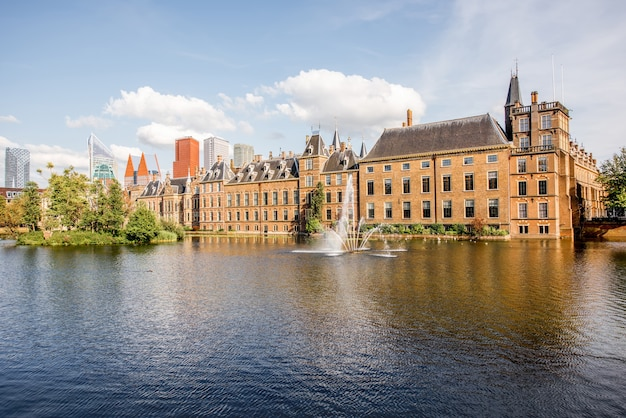 Haag, holandia - 06 sierpnia 2017: widok na gród na jezioro hofvijver z budynku senatu i ministerstwa general affaris w centrum miasta haag, holandia