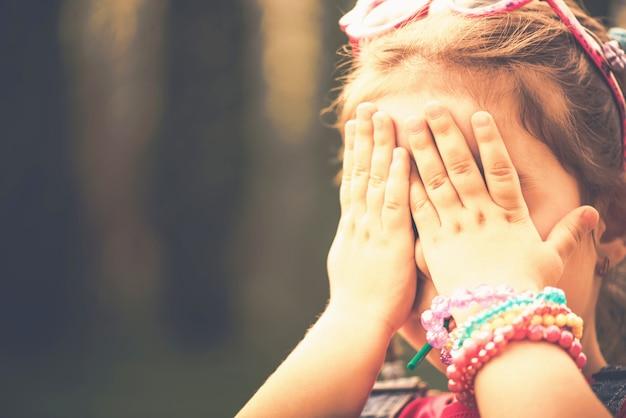 Haappy mała dziewczynka z cukierkiem plenerowym w parku