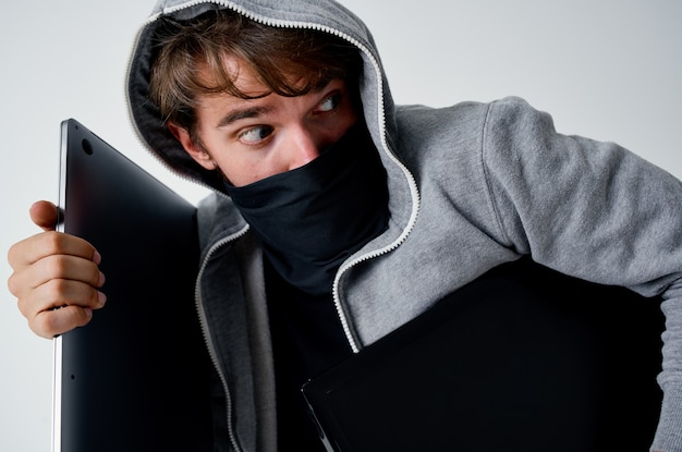 Hacker anonimowość przestępczości ostrożnie kominiarka jasne tło