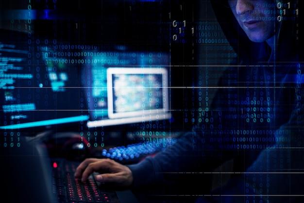 Hacker pracuje przy użyciu komputera z kodami
