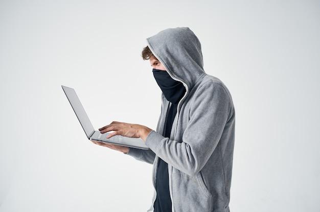 Hacker stealth technika rabunek bezpieczeństwa chuligan na białym tle