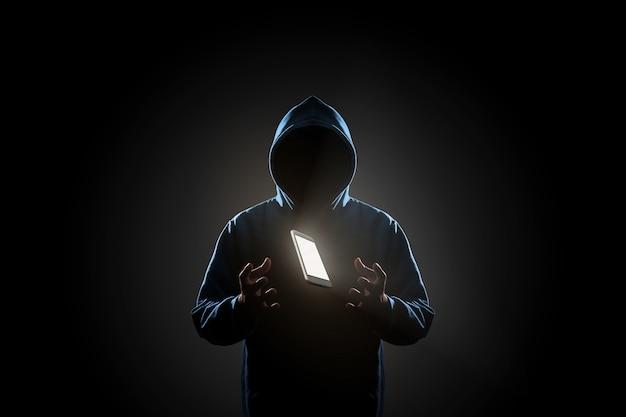 Hacker w ciemnym tła pojęciu