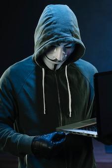 Hacker z anonimową maską