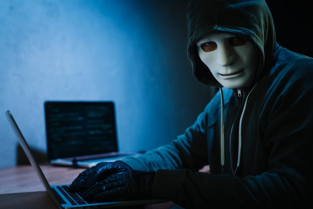 Hacker z laptopem