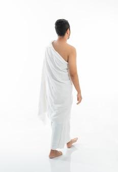 Hadżdż muzułmański mężczyzna chodzi nad bielem
