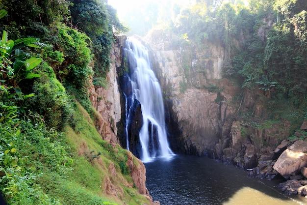 Haew narok wodospad w parku narodowym kao yai tajlandii