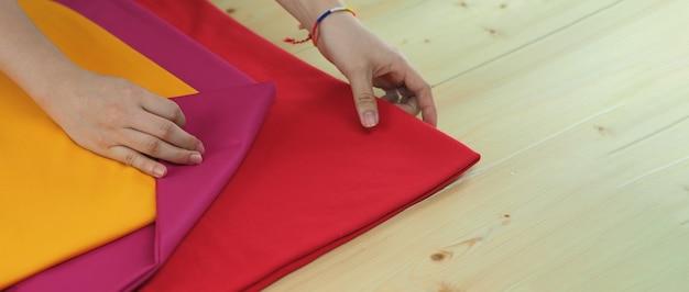 Haftowanie ręcznie przez kobietę rękodzieło i kobiece dłonie rękodzieło przez szycie nicią igłą