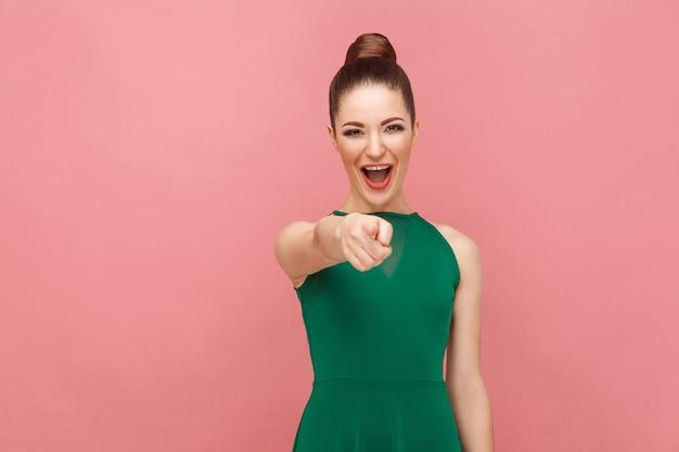 Haha kobieta wskazując palcem na aparat i uśmiechnięty ząb