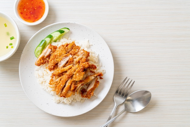 Hainanese chicken rice with fried chicken or rice gotowana na parze z kurczakiem ze smażonym kurczakiem - asian food style